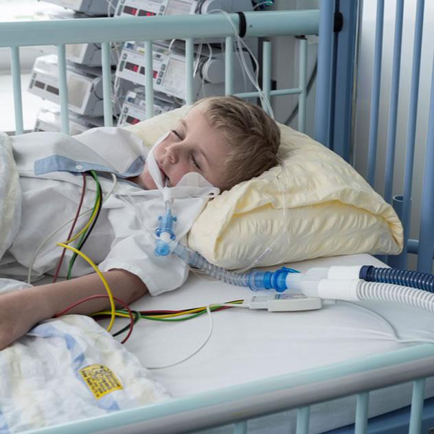 niño enfermo covid 19 sin tapabocas
