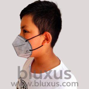 Niño protegiéndose con Cubrebocas Gris Farmatodo