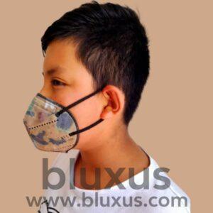 Niño se protege de covid 19 con mascara