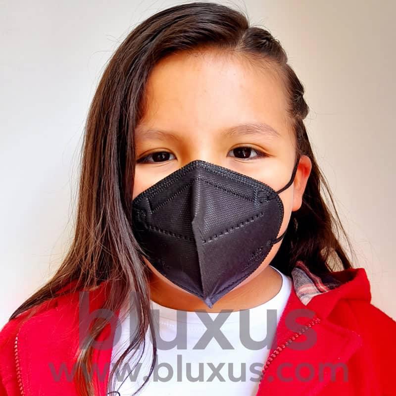 Niña se protege de covid con Respirador