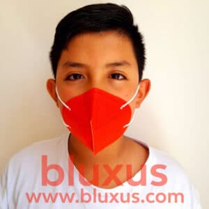 Niño usando tapabocas N95 infantil